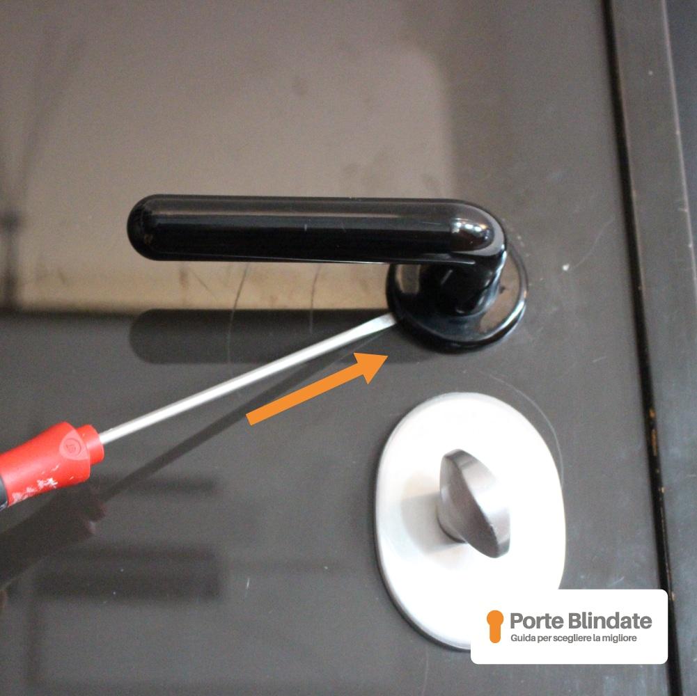 smontare maniglia porta